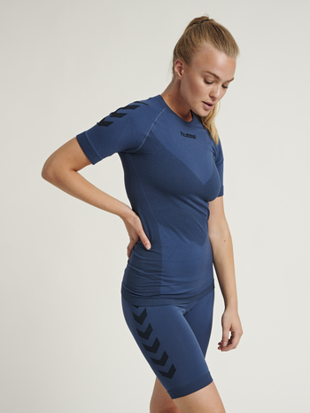 HUMMEL FIRST SEAMLESS JERSEY S/S WOMAN, DARK DENIM, model