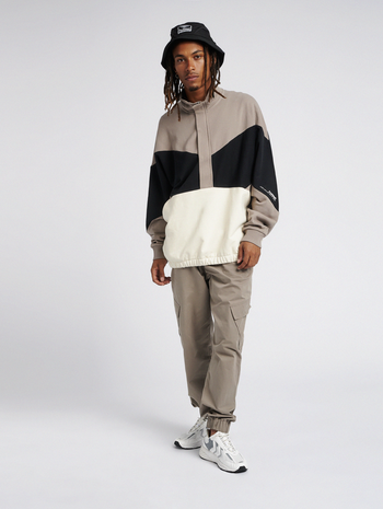 hmlURBAN OVERSIZED SWEATSHIRT, DRIFTWOOD, model
