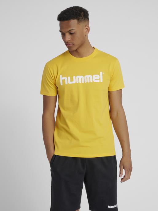 HUMMEL GO COTTON LOGO T-SHIRT S/S, SPORTS YELLOW, model