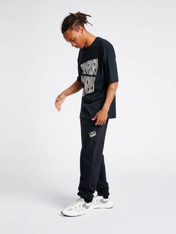 hmlURBAN PANTS, BLACK, model