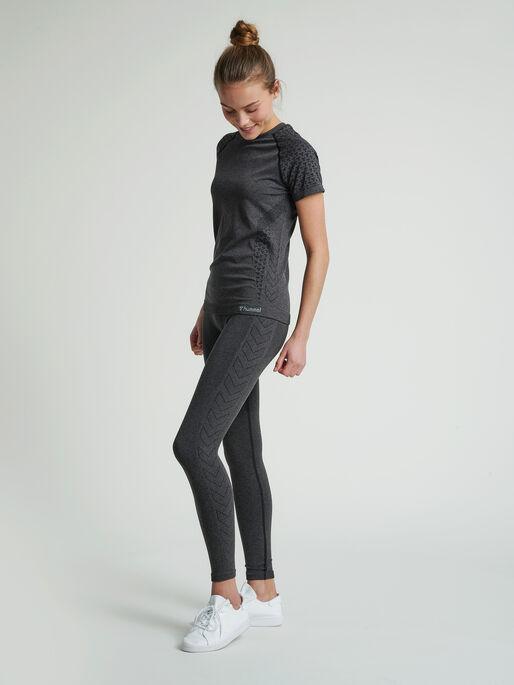 hmlCI SEAMLESS T-SHIRT, BLACK MELANGE, model
