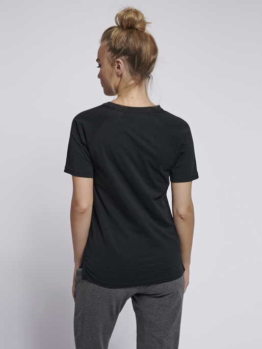 hmlZENIA T-SHIRT S/S, BLACK, model