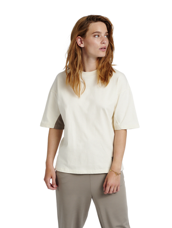 hmlROOFTOP T-SHIRT, WHITE ASPARGUS, model