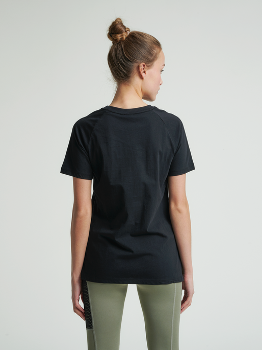 hmlZENIA T-SHIRT S/S, BLACK/HUMUS, model