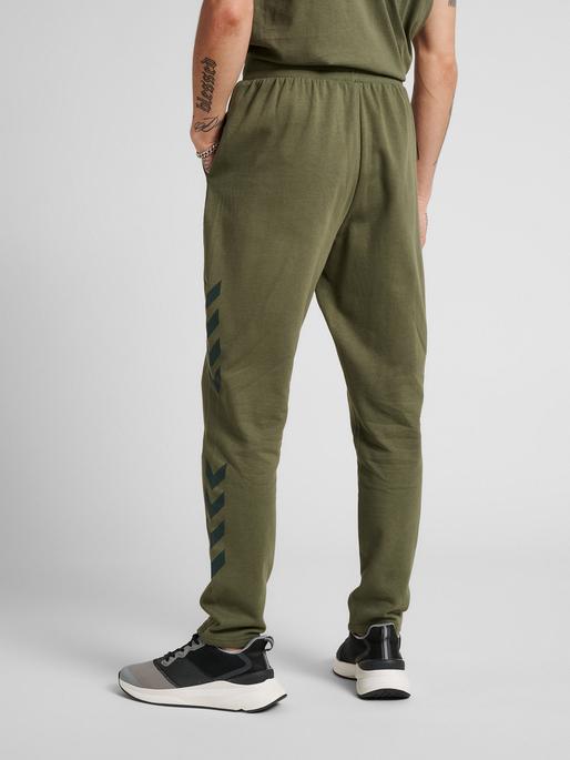 hmlLEGACY TAPERED PANTS, BEETLE, model