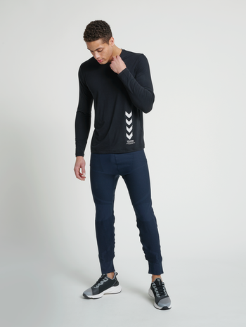hmlCUBE SEAMLESS TAPERED PANTS, BLUE NIGHTS, model